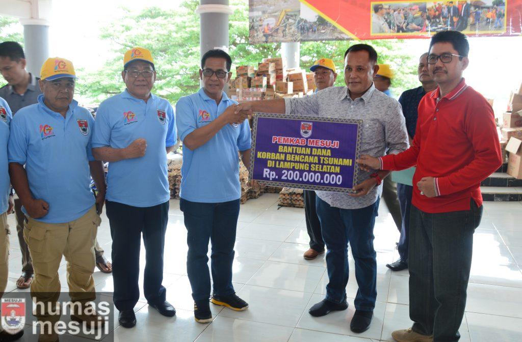 Pemkab Mesuji Serahkan Bantuan Hibah Rp 200 Juta Bantu Korban Tsunami Lamsel