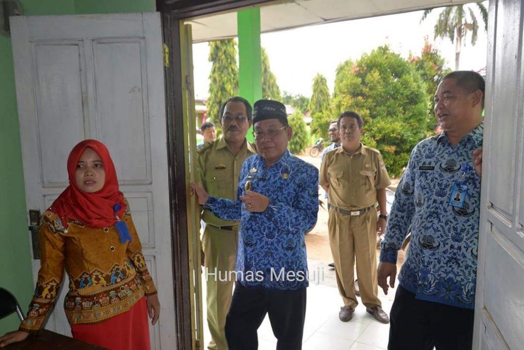 Plt Bupati Mesuji Tinjau Pelaksanaan UNBK di SMP N 2 Mesuji